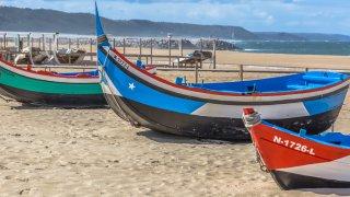 nazare bateaux - centre portugal voyage - terra lusitania