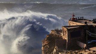 nazare vague - voyage portugal açores et madère - terra lusitania